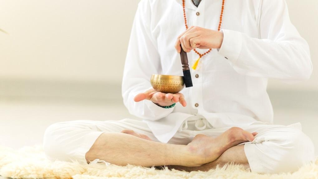 Yoga üben mit einer Klangschale